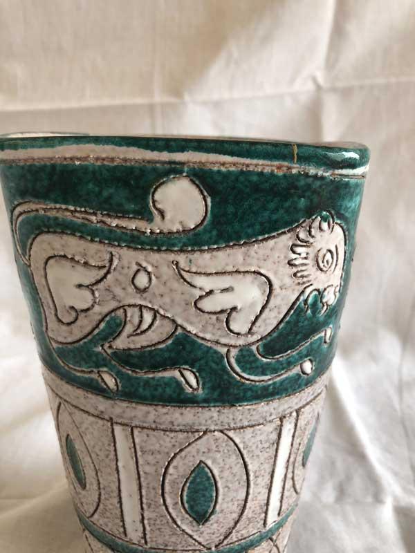 Décors géométriques sur vase ancien de Vallauris