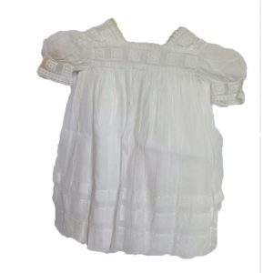 Robe d'enfant en broderies